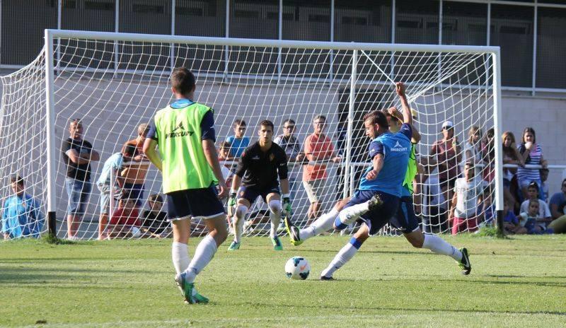 Luis García intenta regatear a un jugador del filial en un momento del partido de ayer.