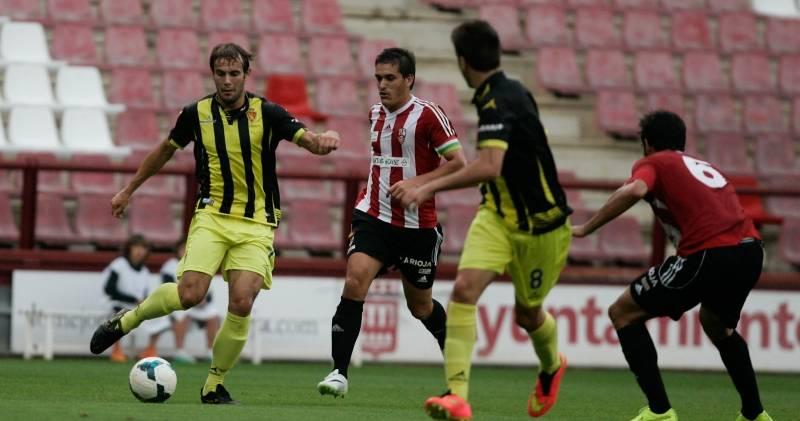Adán Pérez busca un pase en ataque durante el partido de ayer. - Foto:NURIA SOLER