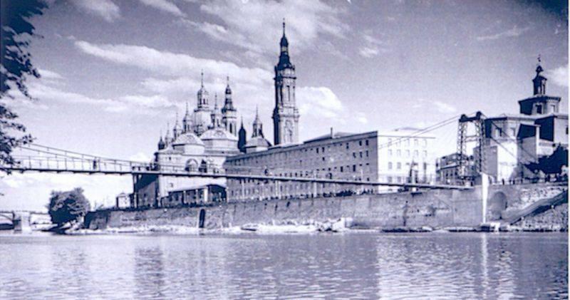 La pasarela peatonal, en 1941, con la basílica del Pilar al fondo.